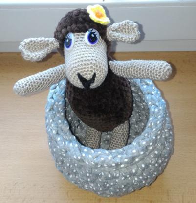 Bild von Hostess sheep in her basket - crocheted - handmade